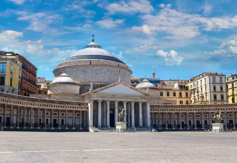 Piazza del Plebiscito, notre endroit préféré pour dormir à naples